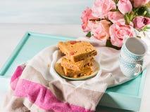 Świąteczny śniadanie kwitnie maseł orzechowych bownies na pastelu Fotografia Stock