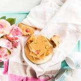 Świąteczny śniadanie kwitnie maseł orzechowych bownies na pastelu Zdjęcie Royalty Free