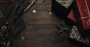 Świąteczny Bożenarodzeniowy drewniany tło Stół z nowy rok dekoracją i Xmas drzewem z zamazanym mruganiem zaświeca na drewnianym zbiory wideo