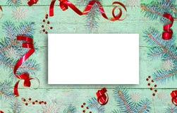 Świąteczny Bożenarodzeniowy skład, błękitna świerczyna rozgałęzia się z czerwonymi ornamentami na starym drewnianym grunge tle, obraz stock