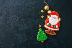 Świąteczny Bożenarodzeniowy tło, ciastka z wizerunkiem Santa, jodła t zdjęcie stock