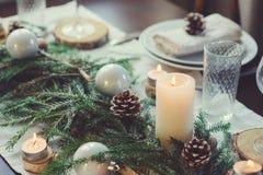 Świąteczny bożych narodzeń i nowego roku stołowy położenie w scandinavian projektuje z nieociosanymi handmade szczegółami w natur Obrazy Stock