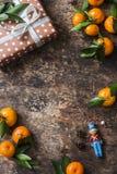 Świąteczny brown drewniany tło z świeżymi dojrzałymi tangerines i retro prezenta pudełkiem z bezpłatnym miejscem dla teksta, odgó Zdjęcia Royalty Free