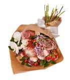 Świąteczny bukiet z bzem, różami, hypericum i orchideą, kwitnie Fotografia Royalty Free