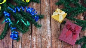 Świąteczny choinki i prezenta pudełka kocowanie z serpentyną Zdjęcie Royalty Free