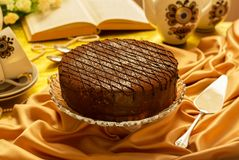 Świąteczny czekoladowy tort i szpachelka dla kulebiaka, herbaciani naczynia na tablecloth obrazy royalty free