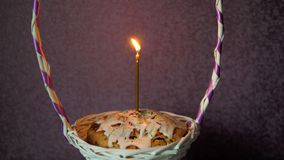 Świąteczny Easter tort z płonącą świeczką w łozinowym koszu zbiory