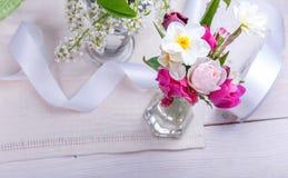 Świąteczny kwiatu skład na białym drewnianym tle Zasięrzutny widok Obrazy Royalty Free