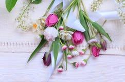 Świąteczny kwiatu skład na białym drewnianym tle Zasięrzutny widok Zdjęcia Royalty Free