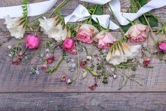 Świąteczny kwiatu skład na białym drewnianym tle Zasięrzutny widok Zdjęcia Stock