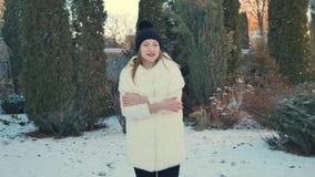 Świąteczny prezent spada w ręki powabna marznięcie dziewczyna zbiory wideo