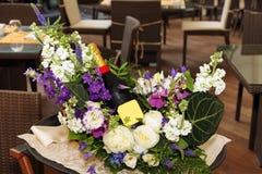 Świąteczny przygotowania kwiaty i butelka wino Zdjęcia Royalty Free