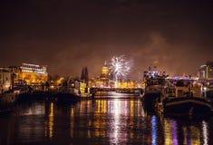 Świąteczny salut fajerwerki na nowy rok nocy Na Styczniu 1, Netherland, 2016 w Amsterdam - Obraz Stock