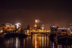 Świąteczny salut fajerwerki na nowy rok nocy Na Styczniu 1, Netherland, 2016 w Amsterdam - Fotografia Stock