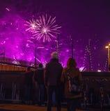 Świąteczny salut fajerwerki na nowy rok nocy Na Styczniu 1, Netherland, 2016 w Amsterdam - Zdjęcia Royalty Free