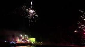 Świąteczny salut w nocnym niebie zbiory wideo