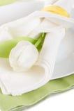 Świąteczny servering talerze, pieluchy i biały tulipan, Zdjęcie Royalty Free