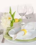 Świąteczny servering z bukietem biali tulipany Zdjęcia Royalty Free