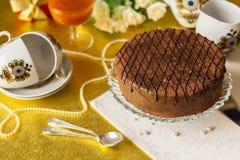 Świąteczny stół z czekoladowym tortem na talerzu, herbata set, łyżki zdjęcie royalty free