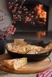 Świąteczny stół z jabłczanym kulebiakiem fotografia stock