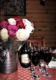 Świąteczny stół z kwiatami i winem zdjęcie stock