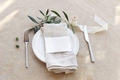Świąteczny stołowy lata położenie z srebnym cutlery, gałązka oliwna, porcelana talerz, bieliźniana pielucha Miejsca karciany mock obraz royalty free