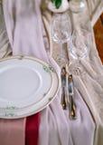 Świąteczny stołowy układ tła boutonniere karty wystroju dekoraci zaproszenia perły róże target2134_1_ biel Stołowy układ w stylow Zdjęcia Stock