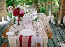 Świąteczny stołowy układ tła boutonniere karty wystroju dekoraci zaproszenia perły róże target2134_1_ biel Stołowy układ w stylow Obrazy Stock