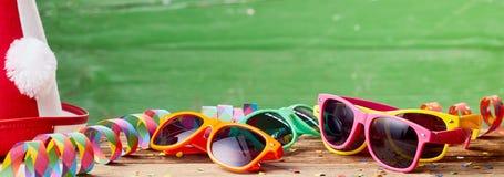 Świąteczny sztandar z okularami przeciwsłonecznymi i partyjnym kapeluszem zdjęcia royalty free
