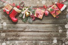 Świąteczny tło z Bożenarodzeniowymi teraźniejszość, Santas akcesoria a Obrazy Royalty Free