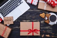 Świąteczny teraźniejszości pudełko, srebny laptop i filiżanka kawy z biscui, Zdjęcie Stock