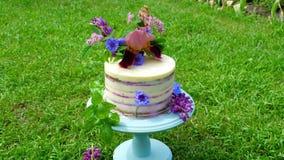 Świąteczny tort z kwiatami zdjęcie wideo