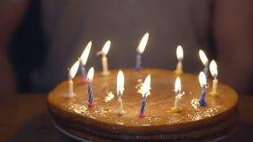 Świąteczny tort z zaświecać świeczkami na tle mężczyzna zbiory wideo