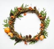 Świąteczny wianek winogrady z tangerines, tuja rozgałęzia się, rowanberries i rożki Mieszkanie nieatutowy, odgórny widok obrazy royalty free