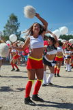 Świąteczny występ młode piękne dziewczyny cheerleading atlety grupy pomocy zawroty głowy (dizziness) Obrazy Royalty Free