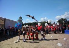 Świąteczny występ młode piękne dziewczyny cheerleading atlety grupy pomocy zawroty głowy (dizziness) Obraz Stock