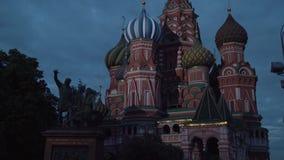 Świątobliwa basilu ` s katedra jak przeglądać od placu czerwonego przy noc zapasu materiału filmowego wideo zdjęcie wideo