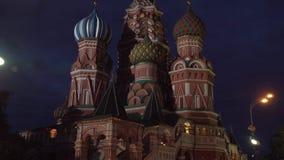 Świątobliwa basilu ` s katedra jak przeglądać od placu czerwonego przy noc zapasu materiału filmowego wideo zbiory