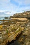 Świątobliwa Malo plaża, fortu obywatel i skały podczas Niskiego przypływu britt obraz royalty free