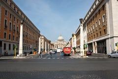 świątobliwa Peter katedralna wiodąca ulica Rome s Obrazy Stock