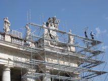 Świątobliwe statuy na kolumnadach, świętego Peter kwadrat, watykan, Rzym, Włochy obraz stock