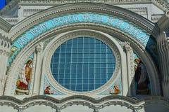 Świątobliwi apostołowie Pyotr i Pavel nad portalem St Nicholas Morska katedra w Kronstadt, St Petersburg, Rosja Obraz Stock