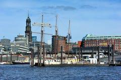 Świątobliwy Michaelis żeglowania i kościół statek na Elbe rzece, Hamburg Fotografia Royalty Free