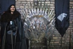 ŚWIĄTOBLIWY PETERSBURG ROSJA, KWIECIEŃ, - 27, 2019: Festiwal filmy i fan, John śnieżny cosplay blisko żelaznego tronu, zdjęcie stock
