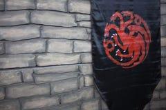 ŚWIĄTOBLIWY PETERSBURG ROSJA, KWIECIEŃ, - 27, 2019: Gra trony, flaga z domem Targaryen obrazy royalty free