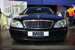 ŚWIĄTOBLIWY PETERSBURG ROSJA, KWIECIEŃ, - 27, 2019: mężczyzna w czarnym, czarnym samochodzie z logo MIB, obraz royalty free