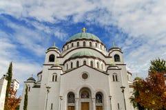 Świątobliwy Sava chrześcijański catedral z błękitnym chmurnym niebem w stolicie Obraz Stock