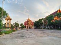 świątyni świątynnego opactwa Tajlandia wycieczki psa niewidziany niebo złoty zdjęcia stock