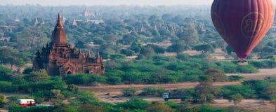 Świątyni i gorącego powietrza balonowy latanie nad Bagan obrazy royalty free