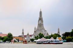 Świątynia świt rzeki stroną Obraz Royalty Free